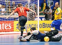Fussball  International  FIFA  FUTSAL WM 2008   19.10.2008 Finale Brasil - Spain Brasilien - Spanien Von links MARCELO (ESP), TIAGO (BRA) und SCHUMACHER (BRA) beim Kampf um den Ball.