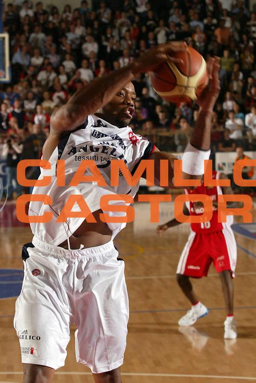 DESCRIZIONE : Biella Lega A1 2007-08 Angelico Biella Cimberio Varese <br /> GIOCATORE : Brandon Hunter<br /> SQUADRA : Angelico Biella<br /> EVENTO : Campionato Lega A1 2007-2008 <br /> GARA : Angelico Biella Cimberio Varese  <br /> DATA : 28/10/2007 <br /> CATEGORIA : Rimbalzo<br /> SPORT : Pallacanestro <br /> AUTORE : Agenzia Ciamillo-Castoria/E.Pozzo