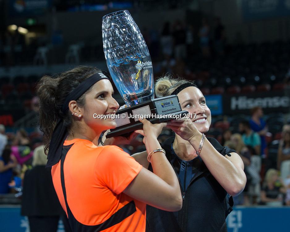 Sieger BETHANIE MATTEK-SANDS (USA)-SANIA MIRZA (IND) mit dem Pokal, Siegerehrung<br /> <br /> Tennis - Brisbane International  2017 - WTA -  Pat Rafter Arena - Brisbane - QLD - Australia  - 7 January 2017. <br /> &copy; Juergen Hasenkopf