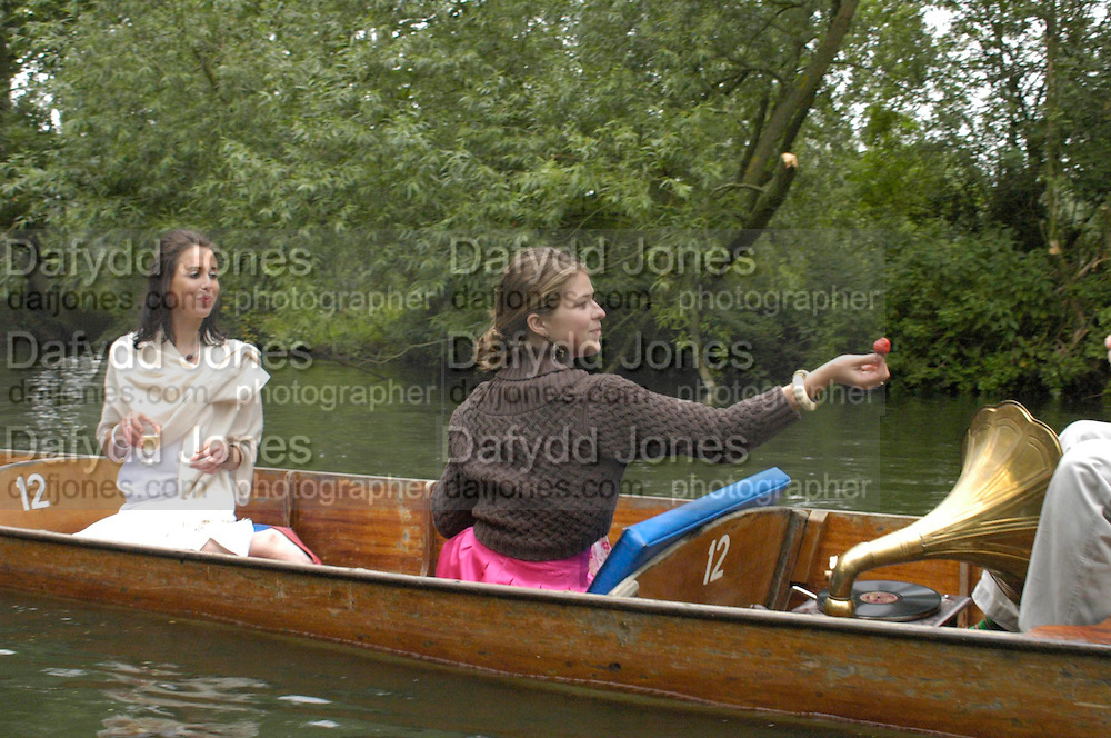 Sophie Bowyer and Amelie Sarrado-Helbich-Posbacher. The Dangerous Sports Club host the innauguaral Oxford V  Cambridge Punt Race. University Parks. Oxford. 25 June 2005. 25 June 2005. ONE TIME USE ONLY - DO NOT ARCHIVE  © Copyright Photograph by Dafydd Jones 66 Stockwell Park Rd. London SW9 0DA Tel 020 7733 0108 www.dafjones.com