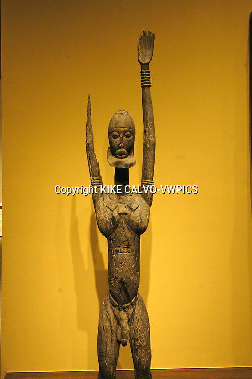 Dogon standing man. Mali. Dogon peoples. 16-20 century . wood. Africa..© KIKE CALVO.( culture, landmark, education, international, collection, piece, sculpture, painting, art, artistic, historic, historical, history, restauration, research B1276