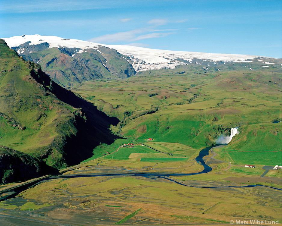 Drangshlíðardalur og Skógafoss séð til norðurs. Eyjafjallajökull í baksýni. Rangárþing eystra áður Austur-Eyjafjallahreppur / Drangshlidardalur and Skogafoss waterfall vieiwing north towards Eyjafjallajokull. Rangarthing eystra former Austur-Eyjafjallahreppur.
