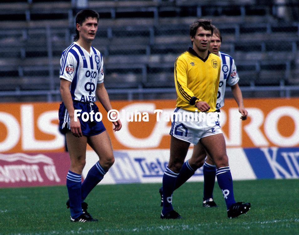 11.09.1988, Helsinki.Mestaruussarja, HJK - RoPS.Petteri Schutschkoff (HJK) v Ari Tegelberg (RoPS).©Juha Tamminen