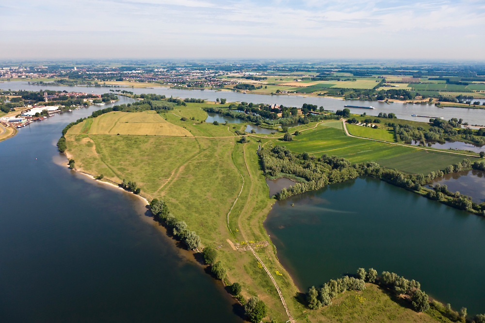 Nederland, Gelderland, Gemeente Brakel, 08-07-2010; Munnikeland, natuurreservaat De Munnikhof. Links de Afgedamde Maas, met links aan de monding Woudrichem, rechts Slot Loevestein. Rivier de Waal aan de horizon..Munnikenland, with nature reserve Munnikhof. Left old river arm Meuse, with left of the river mouth Woudrichem and right Castle Loevestein. Waal River in the distance..luchtfoto (toeslag), aerial photo (additional fee required).foto/photo Siebe Swart