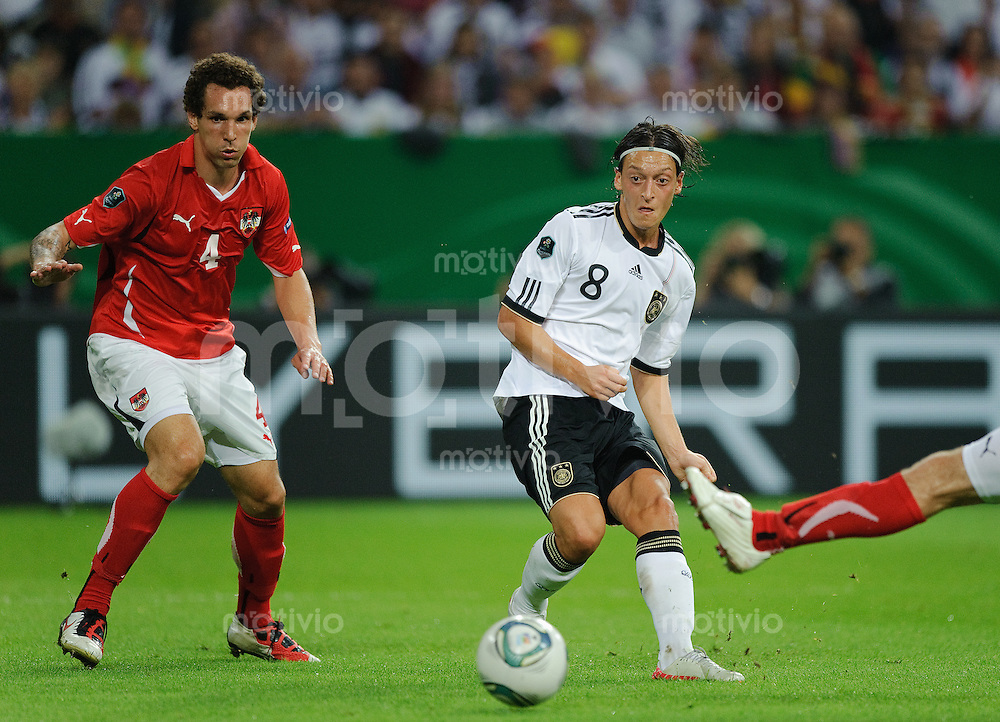 Fussball international EURO 2012 Qualifikation Deutschland - Oesterreich V.l.: Emanuel POGATETZ (AUT), Mesut OEZIL (GER).