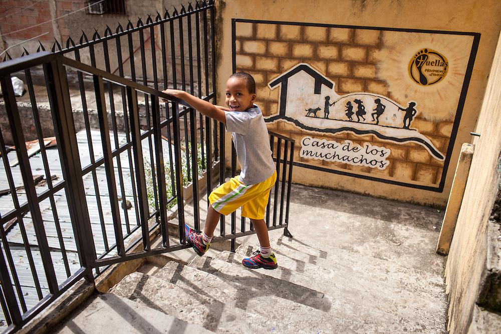 Un vecino del Barrio San Miguel de La Vega juega en la Casa de los Muchachos. Esta casa forma parte del programa Casa Universitaria Padre Alberto Hurtado (CUPAH). Caracas, Nov. 08, 2013 (Foto/Ivan Gonzalez)
