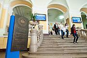 Kolozsvár, 2011 október 3. Diákok érkeznek a Babes-Bolyai Tudományegyetem Farkas utcai f?épületében az egyetemi év els? tanítási napján. Megújult struktúrával kezd?dik a tanév a Babes-Bolyai Tudományegyetemen, önálló intézetekbe szervez?dik a magyar oktatás.  Fotó: Biró István