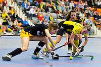 ROTTERDAM - Karin de Ouden (l) van Den Bosch in duel met Denise Admiraal van Terrier. Halve finale tussen de vrouwen van Terriers en Den Bosch. Landskampioenschap zaalhockey hoofdklasse hockey. FOTO KOEN SUYK