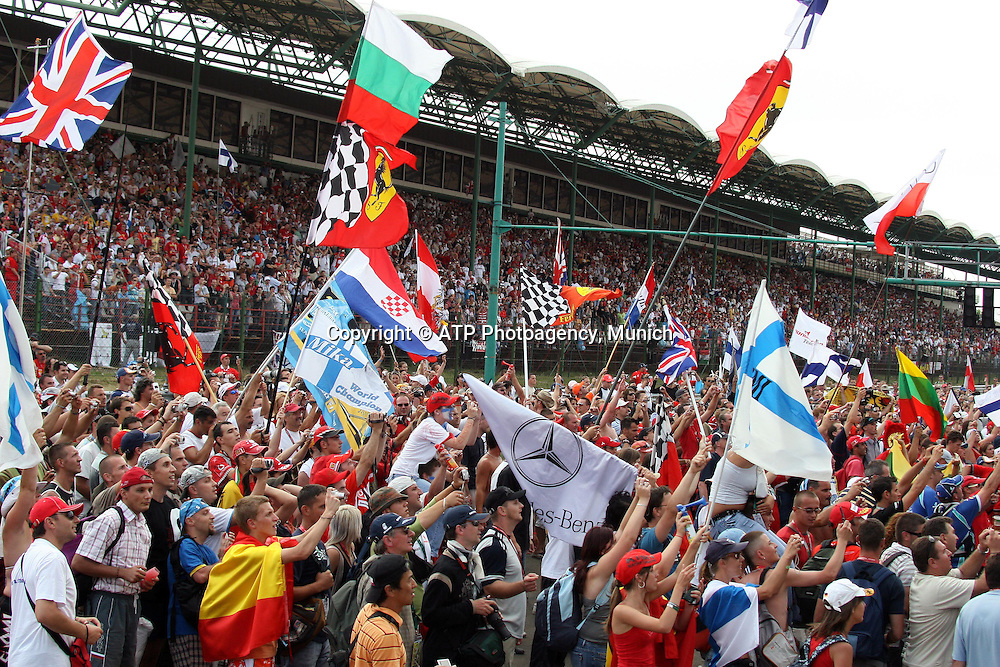 Fans salute the winner and the podium. Formula 1 Grand Prix. Hungaroring, Hungary. Sunday 5 August 2007. Photo: ATP/PHOTOSPORT   #NO AGENTS#
