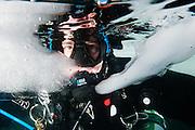 Plongeur sous la glace au Québec, Canada.   Diver under the ice in Québec, Canada.