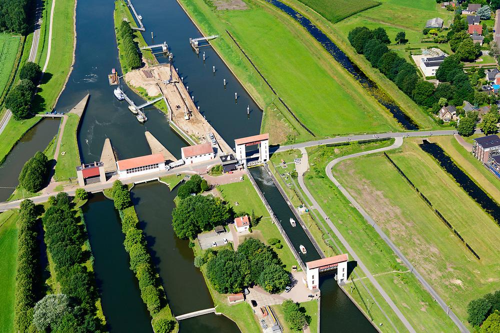 Nederland, Gelderland, Gemeente Lochem, 17-07-2017; Eefde, sluizencomplex Sluis Eefde. Schutsluis in het  Twentekanaal, gecombineerd met een gemaal. Het complex is een rijksmonument. <br /> Sluice complex Sluis Eefde. Lock in the Twentekanaal, combined with a pumping station.