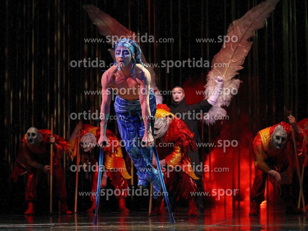 31.03.2010, Olympiahalle, Muenchen, GER, Cirque du Soleil, Show Varekai, im Bild Showfotos Vorpremiere/Pressetermin , EXPA Pictures © 2010, PhotoCredit: EXPA/ nph/  Straubmeier / SPORTIDA PHOTO AGENCY