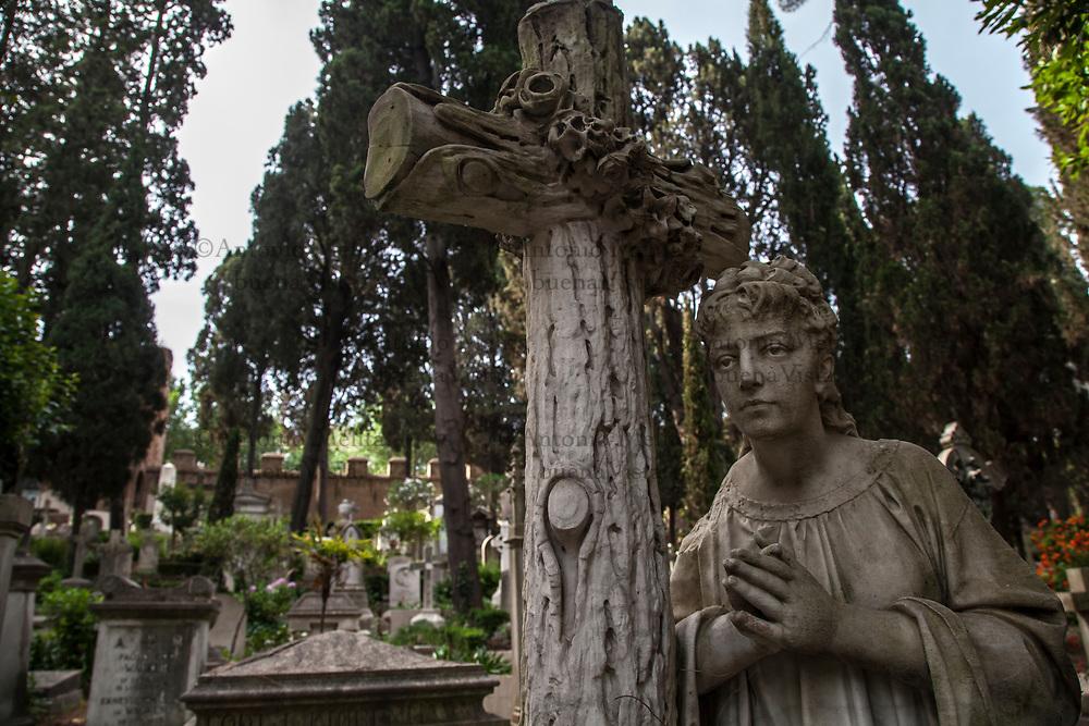 Cimitero acattolico di Roma nel quartiere Testaccio.