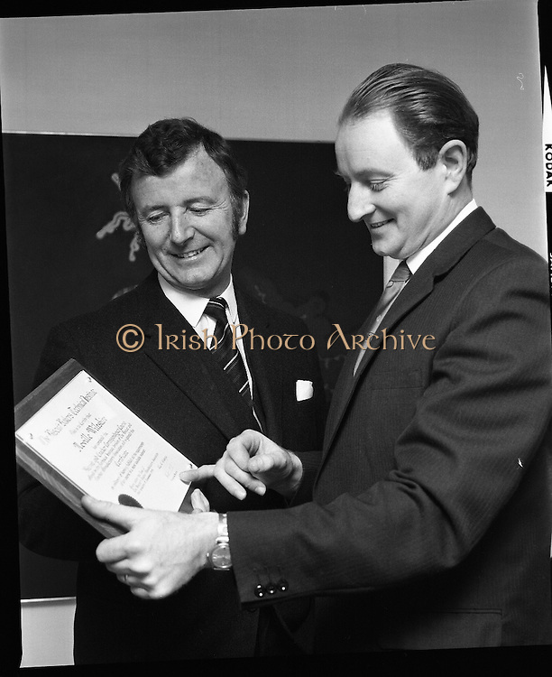 Gordon Lambert, Jacob,s Biscuits..1971..29.01.1971..01.29.1971..29th January 1971..Mr Gordon Lambert,Managing Director,Jacobs Biscuits,Dublin is seen making an award to Mr Neville Wiltshire..Mr Lambert presented the award on behalf of The Biscuit Bakers Technical Institute.