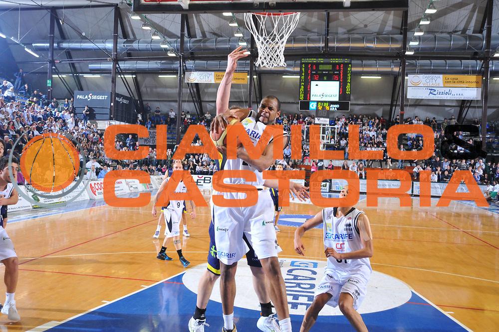 DESCRIZIONE : Ferrara Lega A 2009-10 Basket Carife Ferrara Sigma Coatings Montegranaro<br /> GIOCATORE : Sharrod Ford<br /> SQUADRA : Carife Ferrara<br /> EVENTO : Campionato Lega A 2009-2010<br /> GARA : Carife Ferrara Sigma Coatings Montegranaro<br /> DATA : 25/04/2010<br /> CATEGORIA : Rimbalzo<br /> SPORT : Pallacanestro<br /> AUTORE : Agenzia Ciamillo-Castoria/M.Gregolin<br /> Galleria : Lega Basket A 2009-2010 <br /> Fotonotizia : Ferrara Campionato Italiano Lega A 2009-2010 Carife Ferrara Sigma Coatings Montegranaro<br /> Predefinita :
