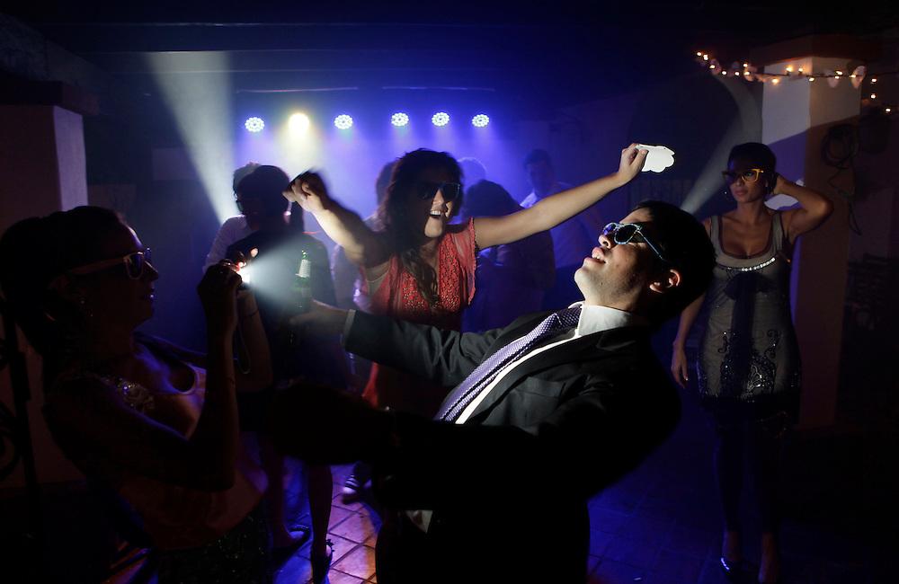 Carpeta 18 Foto 11<br /> Invitados se toman fotos mientras bailan en una fiesta de casamiento en Aregua, Paraguay, Paraguay el 5 de mayo de 2012. (Jorge Saenz)<br /> <br /> &quot;Todo era una Fiesta&quot;:<br /> Por mas crisis que ataquen la econom&iacute;a publica y privada, la clase alta de Paraguay tal como la de otros pa&iacute;ses, no limita en lo mas m&iacute;nimo su costumbre de festejar las bodas con una gran inversi&oacute;n econ&oacute;mica en los eventos. Este trabajo presentado es parte de uno mas general en desarrollo sobre la sociedad paraguaya llamado &quot;Las Clases&quot; desde hace mas de 10 a&ntilde;os.