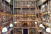 Nederland, Nijmegen, 19-9-2018De bibliotheek van het Canisius College aan de Berg en Dalseweg. Het was een middelbare school, HBS, Gymnasium en later VWO, Atheneum, en tevens klooster voor de paters die er onderwijs gaven. Het was van de Jezuietenorde. Tot in de zestiger jaren zaten er ook leerlingen intern. Gebouwd eind 19e eeuw door een leerling van architect van het Rijksmuseum, Pierre Cuypers.In de jaren tachtig en negentig werd het door adviesbureau Haskoning en het ROC gebruikt. Ook werden er veel inburgeringscursussen gegeven.Een pater, leraar van het Canisius College in Nijmegen heeft zich in de jaren zeventig en tachtig vergrepen heeft aan zeker vijftien jongens. Hij misbruikte hen op school.Foto: Flip Franssen