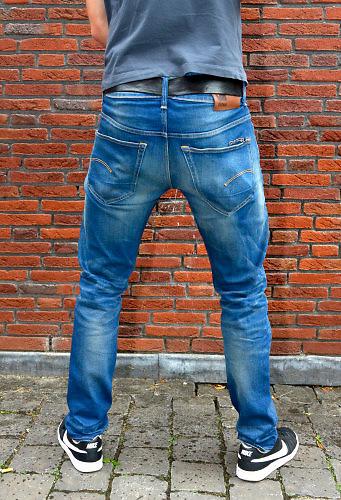 Nederland, Nijmegen, 29-7-2016Peeback coating, mannen die wildplassen tegen de muur van een huis in de stad kunnenn de spetters van hun urine terugkrijgen op hun broek en schoenen door een coating die op de muur is aangebracht .Foto: Flip Franssen