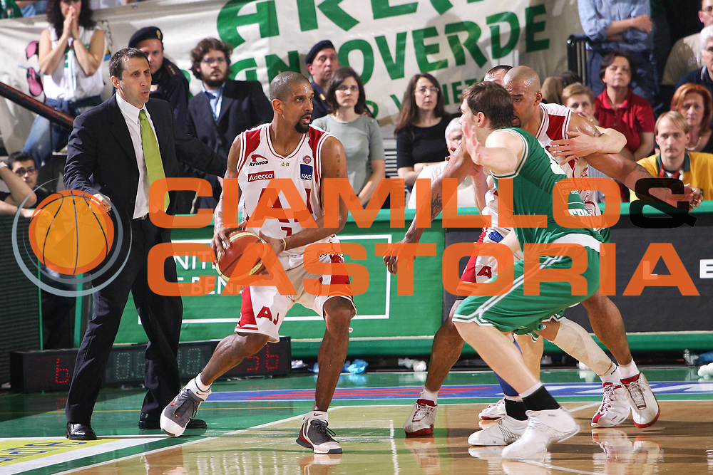 DESCRIZIONE : Treviso Lega A1 2005-06 Play Off Quarti Finale Gara 5 Benetton Treviso Armani Jeans Olimpia Milano <br /> GIOCATORE : Shumpert Blatt <br /> SQUADRA : Armani Jeans Olimpia Milano <br /> EVENTO : Campionato Lega A1 2005-2006 Play Off Quarti Finale Gara 5 <br /> GARA : Benetton Treviso Armani Jeans Olimpia Milano <br /> DATA : 27/05/2006 <br /> CATEGORIA : <br /> SPORT : Pallacanestro <br /> AUTORE : Agenzia Ciamillo-Castoria/S.Silvestri