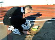 06-01-2009 Voetbal:Willem II:Trainingskamp:Torremolinos:Spanje<br /> Materiaalman Mari van Iersel pakt zand om de gaten in het trainingsveld te dichten<br /> Foto: Geert van Erven
