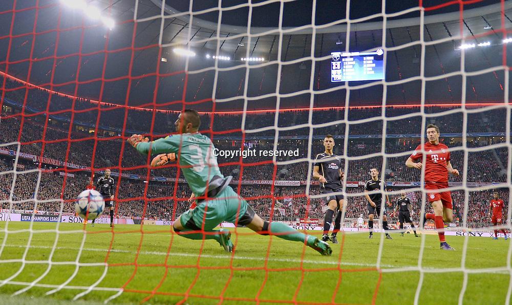 29.092015. Munich, Germany.  Champions League  FC Bayern Munich - Dinamo Zagreb, at the Allianz-Arena Munich. Robert Lewandowski (Bayern Munich) scores the goal for 4:0 past keeper  Eduardo (Zagreb)
