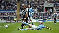 Fotball<br /> Premier League 2004/05<br /> Newcastle v Manchester City<br /> 24. oktober 2004<br /> Foto: Digitalsport<br /> NORWAY ONLY<br /> Manchester City's Ben Thatcher (R) slides in to dispossess Newcastle's Alan Shearer (L)