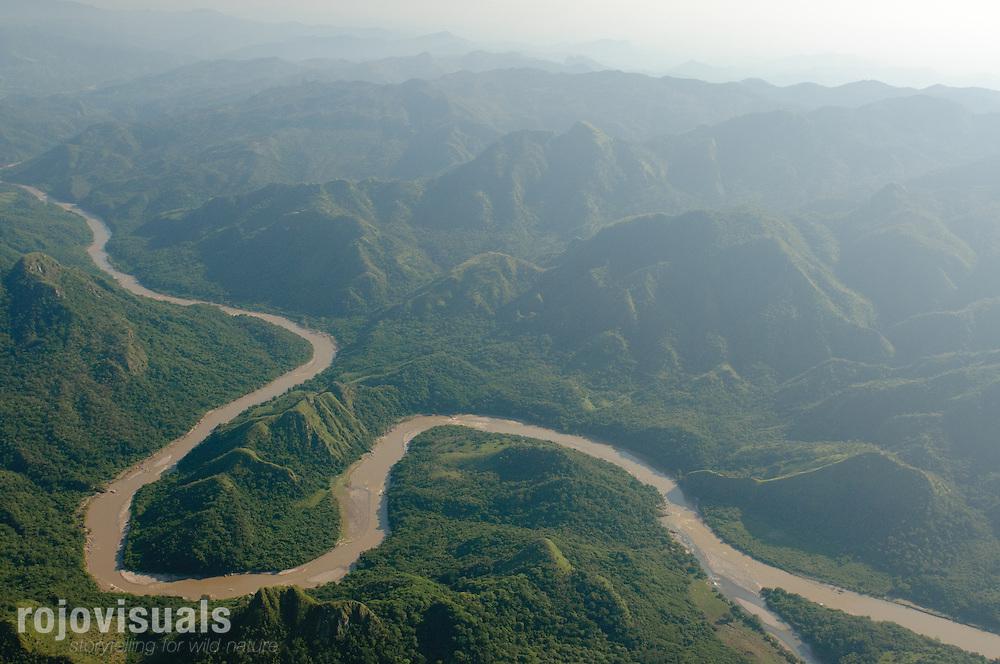 En las últimas estribaciones de la Sierra Madre Occidental, el río San Pedro Mezquital disminuye su velocidad y aparecen los primeros meandros.