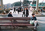 Spanje, Barcelona, 10-1-2004..Straatbeeld van Barcelona, plaza de catalunia met toeristenbus. toerisme, stadsbeeld, vakantie...Foto: Flip Franssen
