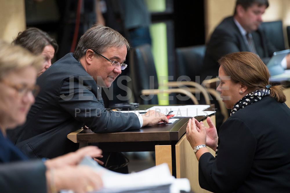DEU, Deutschland, Germany, Berlin, 21.09.2018: Armin Laschet (CDU), Ministerpräsident von Nordrhein-Westfalen, und die neue Umweltministerin in Nordrhein-Westfalen, Ursula Heinen-Esser (CDU), während einer Sitzung im Bundesrat.