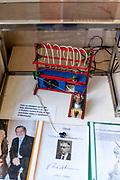 Das Modell von Otto Wichterle, dem Erfinder der Kontaktlinsen, ein Tscheche.  Merkur Museum in Police nad Metuji.