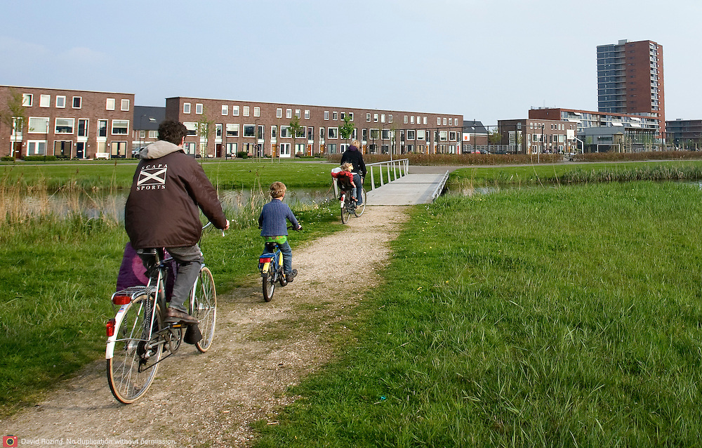 Nederland Rotterdam 19 april 2009 20090419 Foto: David Rozing ..Nieuwbouwwijk Nesselande, groen gebied in de wijk, familie op fiets.Suburb of Rotterdam, green surroundings, daily life, space, health, bicyce, cycling, neighbourhood, family, familyman, familylife....Foto: David Rozing