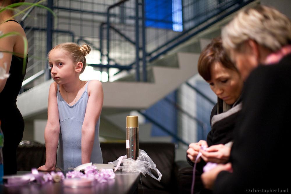 Frá vorsýningu Klassíska listdansskólans í maí 2009. Nemendur undirbúa sig baksviðs. From the spring show at The Icelandic Classic Dance School in May 2009. Students preparing backstage.