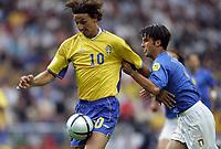 Fotball<br /> Euro 2004<br /> 18.06.2004<br /> Sverige v Italia 1-1<br /> Foto: Omega/SBI/Digitalsport<br /> NORWAY ONLY<br /> <br /> ZLATAN IBRAHIMOVIC TRATTENUTO DA CHRISTIAN PANUCCI