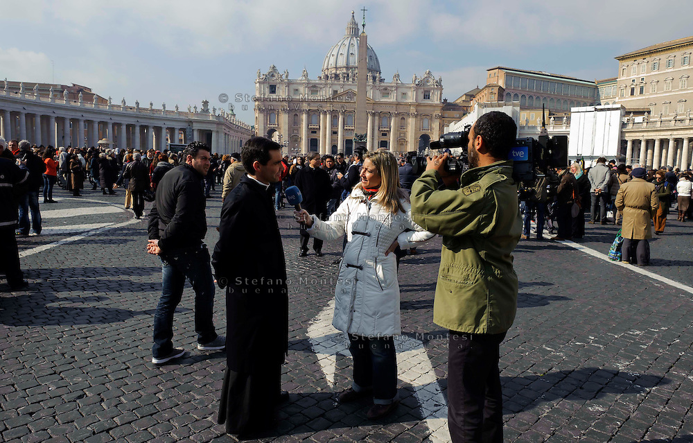 Città del Vaticano 17 Febbraio 2013.La domenica dell'Angelus  del Papa dimissionario..Sacerdote viene intervistato da una troupe tv.Vatican City,  February 17, 2013.The Sunday of the Angelus of the Pope resigning.Priest is interviewed by a television crew.