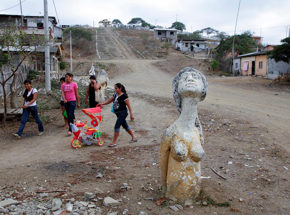 Seg&uacute;n investigaciones antropol&oacute;gicas, hace miles de a&ntilde;os el valle de valdivia fue la cuna de una nueva civilizaci&oacute;n que forjo lo que hoy es sudam&eacute;rica. A pesar de ser uno de los primeros asentamientos humanos en el territorio ecuatoriano, su cultura, en el presente, se preserva en los l&iacute;mites de la modernidad. El trabajo agr&iacute;cola, la pesca y la peque&ntilde;a idustria artesanal y los saberes ancestrales, son el motor de desarrollo de esta regi&oacute;n de la costa ecuatoriana donde su cotidianidad transcurre en creencias de mitos y leyendas como un letargo del pasado. <br /> Foto: La Tetona del Sinchal, emerge imponente y digna en una de las calles que llevan al cementrario de la comuna. Su origen y autor es desconocido