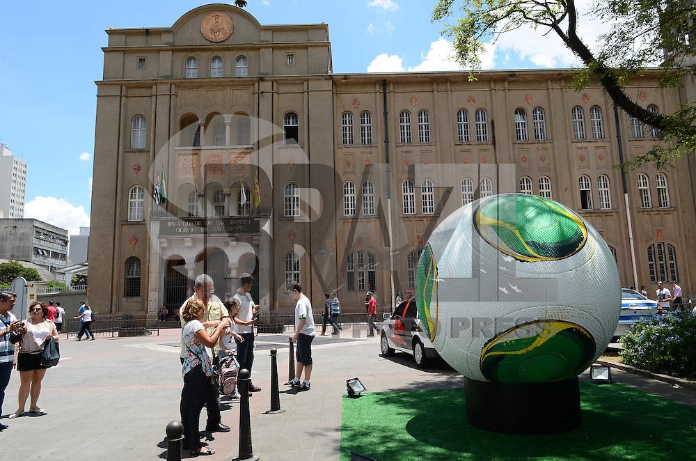 SAO PAULO, SP, 04 DEZEMBRO 2012 - REPLICA BOLA COPA DAS CONFEDERACOES - Uma réplica gigante da bola oficial da Copa das Confederações está exposta no Parque do Ibirapuera, na zona sul da capital paulista, nesta terça-feira. (FOTO: ALEXANDRE MOREIRA / BRAZIL PHOTO PRESS).