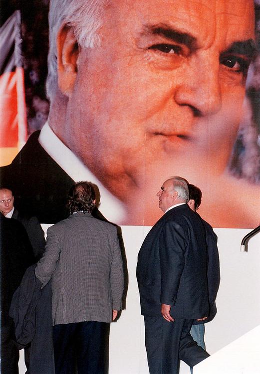 &copy;  christian  JUNGEBLODT.<br />WAHL 1998 - Wahlkampf<br />CDU - Dr. Helmut Kohl , Bundeskanzler<br />Wahlkampfveranstaltung in Weimar<br />Abgang...<br />08.09.1998