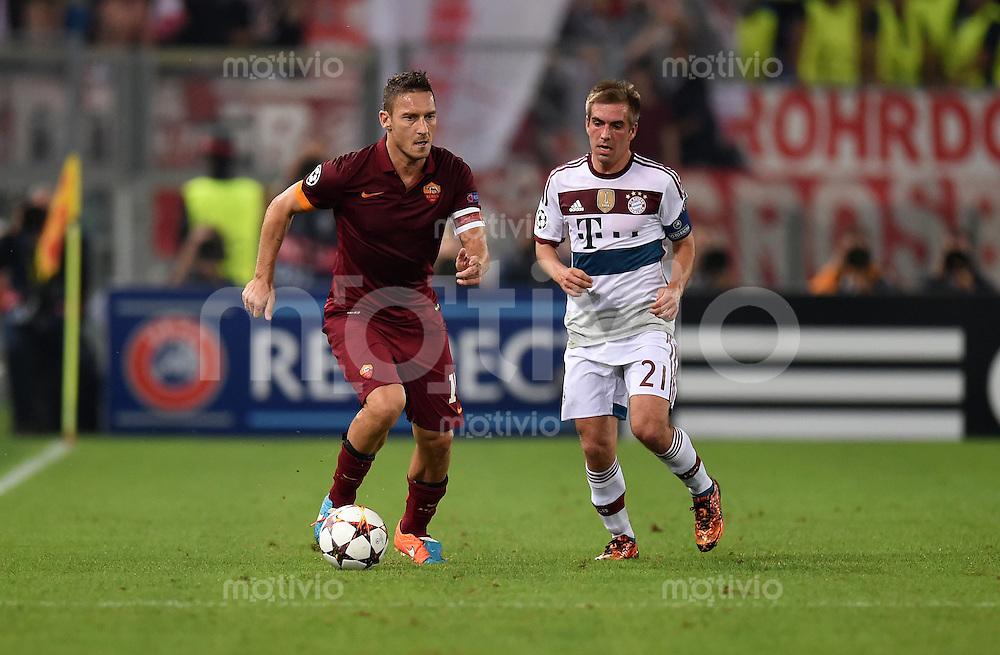 FUSSBALL   CHAMPIONS LEAGUE   SAISON 2014/2015   Vorrunde AS Rom - FC Bayern Muenchen        21.10.2014 Francesco Totti (li, AS Rom) gegen Philipp Lahm (re), FC Bayern Muenchen)