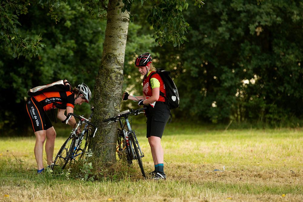 Twee koeriers zetten hun fiets op slot als ze naar een checkpoint moeten lopen. Als ze dat niet doen krijgen ze straftijd. In Nieuwegein wordt het NK Fietskoerieren gehouden. Fietskoeriers uit Nederland strijden om de titel door op een parcours het snelst zoveel mogelijk stempels te halen en lading weg te brengen. Daarbij moeten ze een slimme route kiezen.<br /> <br /> Two messengers lock their bikes when they have to walk a checkpoint. If they don't lock it, they get a time penalty. In Nieuwegein bike messengers battle for the Open Dutch Bicycle Messenger Championship.