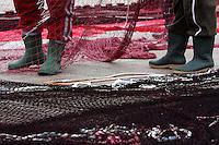 Tipici stivali da pescatore avvolti nelle reti.