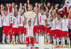 24.05.2015, Red Bull Arena, Salzburg, AUT, 1. FBL, FC Red Bull Salzburg vs RZ Pellets WAC, 35. Runde, im Bild die Spieler von FC Red Bull Salzburg präsentieren den Fans den Meisterteller, Jonatan Soriano (FC Red Bull Salzburg, #26, mitte mit Meisterteller) // during Austrian Football Bundesliga 35th round Match between FC Red Bull Salzburg and RZ Pellets WAC at the Red Bull Arena, Salzburg, Austria on 2015/05/24. EXPA Pictures © 2015, PhotoCredit: EXPA/ JFK