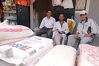 20 OCT 2001, DUSCHANBE/TAJIKISTAN:<br /> Maenner verkaufen Reis in Saecken - auch aus den USA - auf einem Markt in Duschanbe, der Hauptstadt von Tadschikistan<br /> IMAGE: 20011020-01-042<br /> KEYWORDS: Globalisierung, Transport, Waren