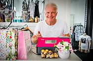 LEERDAM - Peter Jan Rens en Virginia hebben een kledingwinkel geopend in Leerdam. De winkel is afgelopen Zaterdag (8 Juli) officieel geopend. Vandaag staat Peter Jan Rens achter de kassa terwijl Viginia inkopen aan het doen is.  copyrught robin utrecht