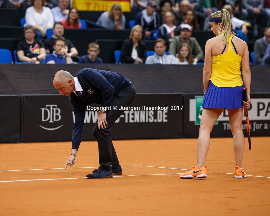 GER-UKR, Deutschland - Ukraine, <br /> Porsche Arena, Stuttgart, internationales ITF  Damen Tennis Turnier, Mannschafts Wettbewerb,<br /> ELINA SVITOLINA (UKR) schaut wie Schiedsrichter Pascal Maria auf die Linie zeigt und den Ball aus gibt,