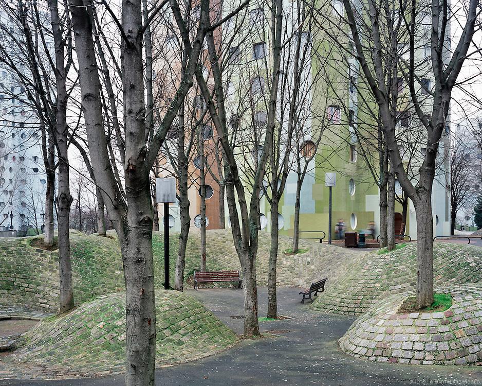 Les Tours Aillaud (tours nuages) - Cité Pablo Picasso, Nanterre (92), 2012. .Construites en 1977 sur les plans d'Émile Aillaud, les tours Aillaud sont composées de 18 tours d'habitation regroupant 1 607 appartements.