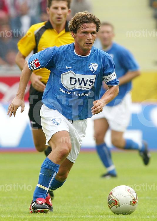 FUSSBALL Bundesliga 2002/2003 Dariusz WOSZ, Einzelaktion am Ball VfL Bochum