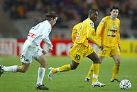 FOOTBALL - LEAGUE CUP 2003/04 - 03/02/2004 - 1/2 FINAL - FC NANTES v AJ AUXERRE - GILLES YAPI YAPO (NAN) / TEEMU TAINIO (AUX) - PHOTO PIERRE MINIER / FLASH PRESS<br />  *** Local Caption *** 40001029