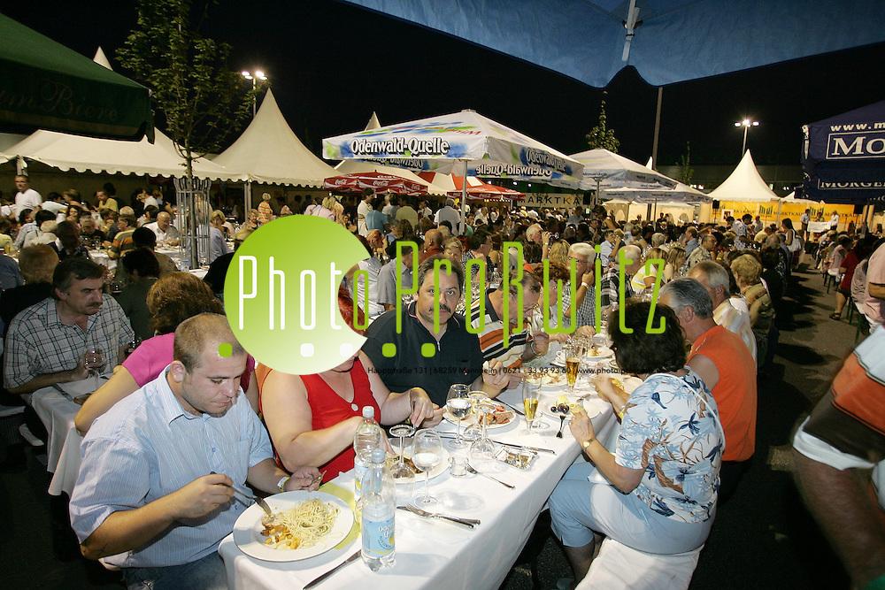 Mannheim. Marktkauf. Mediterraner Abend. Mediterrane K&ouml;stlichkeiten f&uuml;r Feinschmecker - an einem Buffet mit Antipasti, Pasta, Carpaccio und Weinen. Ein Rahmenprogramm mit italienischer Live-Musik.<br /> <br /> Bild: Markus Pro&szlig;witz<br /> ++++ Archivbilder und weitere Motive finden Sie auch in unserem OnlineArchiv. www.masterpress.org ++++