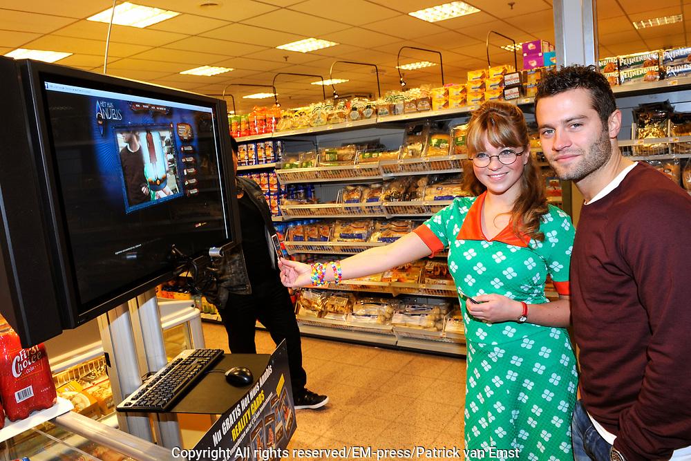 Lancering Anubis Reality Cards in de EM-TE Supermarkt in Nieuwegein.<br /> <br /> Op de foto:  Jennifer Welts en Sascha Visser