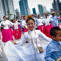 CAMINATA CELEBREMOS LA VIDA<br /> <br /> Unas 30 mil personas participaron el pasado Domingo 23 de Octubre del 2011 en la caminata 'Celebremos la vida' en la Cinta Costera, organizada por las autoridades de salud para promover la detección temprana de los cánceres de mama y de próstata. Ambas son enfermedades que más muertes ocasionan entre la mujer y el hombre panameño.<br /> <br /> Photography by Aaron Sosa<br /> <br /> Ciudad de Panama, Panama 23-10-2011
